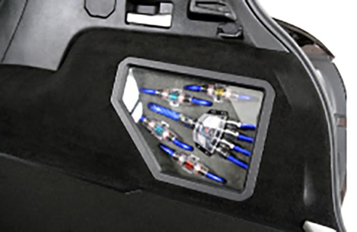 RCAケーブルのパネルは、 ラゲッジの雰囲気を崩さないように サイドパネル内側に設置。