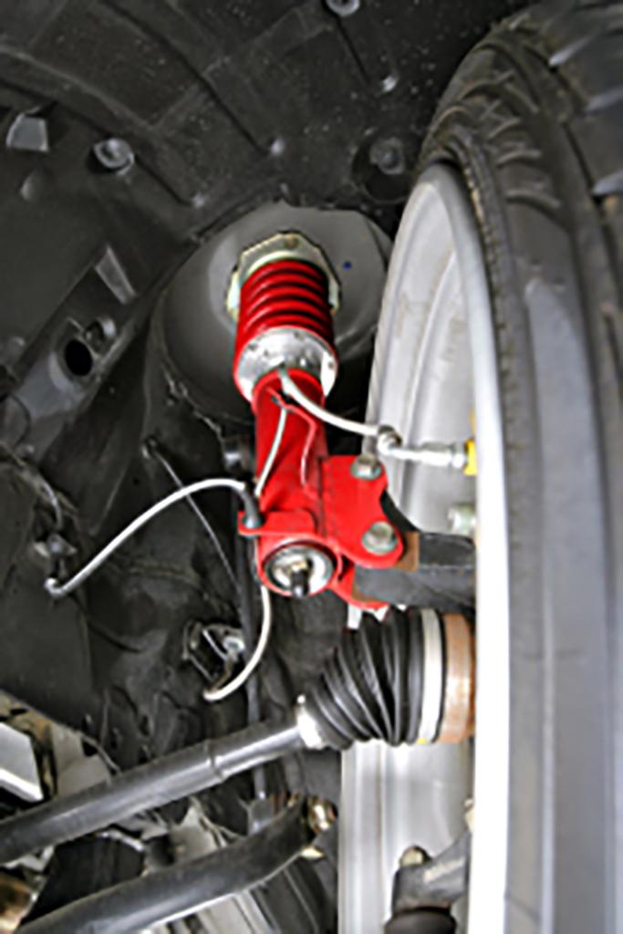 インフィニティFX用の 車高調が用意されていないため、 KMガレージが独自に製作。フルタップ式だから、車高の調整幅が広く、スポーツ走行でもポテンシャルを 充分に引き出します。